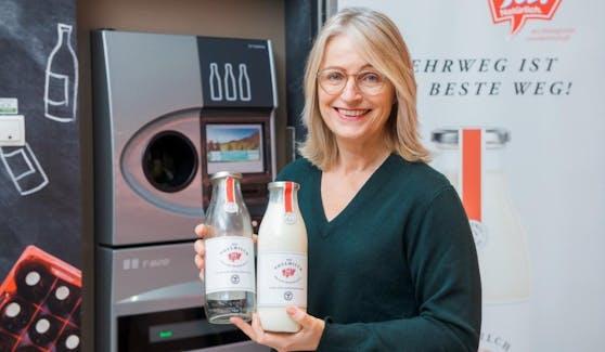 Die Mehrwegflasche ist zurück! Hier präsentiert Ja! Natürlich-Managerin Martina Hörmer die neuen Flaschen.