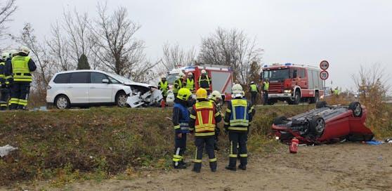 Eines der beiden Auto landete am Dach.