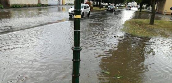 Nach den starken Regenschauern kann es zu Überflutungen der Fahrbahnen kommen (Symbolbild)
