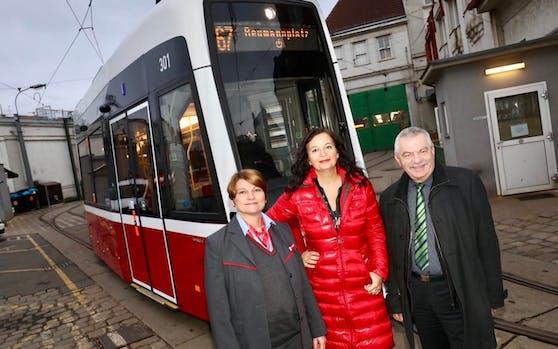 Seit heute ist der Flexity offiziell im Fahrgastbetrieb. Bim-Fahrerin Daniela Sighardt, Stadträtin Ulli Sima und Wiener-Linien-Geschäftsführer Günter Steinbauer freuen sich (v.l.n.r.) (c) PID/Fürthner