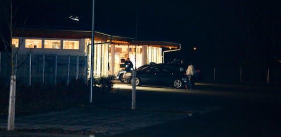 Ein bewaffneter Mann hat ein Pferdesport-Geschäft an der Grenze zu Schärding (OÖ) überfallen.