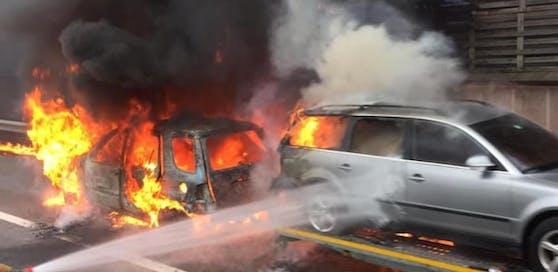 Die brennenden Autos.