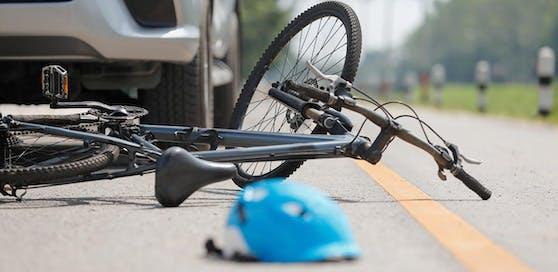 Ein 12-jähriger Radfahrer soll auf der Mühlheimerstraße in Altheim (Bez. Braunau) von einem Autolenker angefahren worden sein. Der Mann sei ohne anzuhalten weitergefahren. Nach ihm wird gesucht.