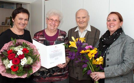 Das Ehepaar Gertraud und Johann Jagob (Mitte) feierte am 5. April 2018 ihren 65. Hochzeitstag. Die Ottakringer Bezirksvorsteher-Stellvertreterin Eva Weißmann (SPÖ, Bild links) und die Direktorin des Pensionisten-Wohnhauses.