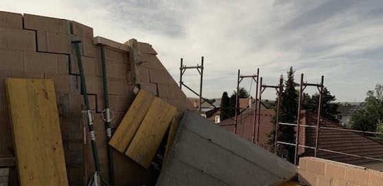 In Adnet stürzte ein Arbeiter sieben Meter vom Dach eines Rohbaus. Der Schwerverletzte wurde ins UKH Salzburg gebracht.