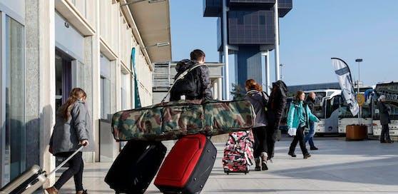 (Symbolbild) Das siebenjährige Mädchen schlich sich ohne Begleitpersonen oder Ticket an Bord einer Passagiermaschine.