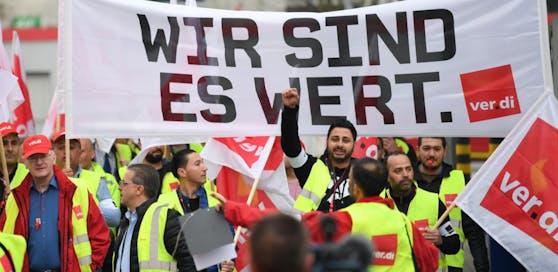 Verdi-Gewerkschaftsmitglieder folgten in Deutschland dem Aufruf zu einem Warnstreik.