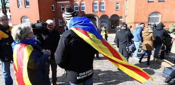 Unterstützer empfingen Puigdemont vor der Justizvollzugsanstalt.