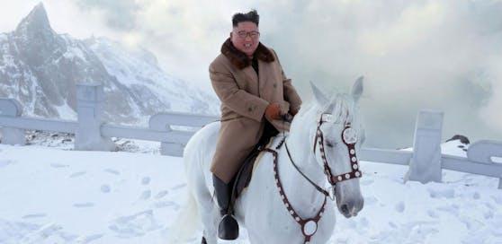 Welche Bedeutung der Propaganda-Ritt auf den heiligen Berg in Nordkorea haben soll, darüber wird weltweit gerätselt.