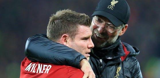 Jürgen Klopp nimmt James Milner in den Arm. Der sonst so gefasste Engländer kämpft mit den Tränen.