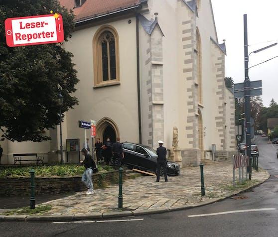 Der Mercedes steckte fest: Die Wiener Berufsfeuerwehr rückte aus und barg das verunglückte Auto.