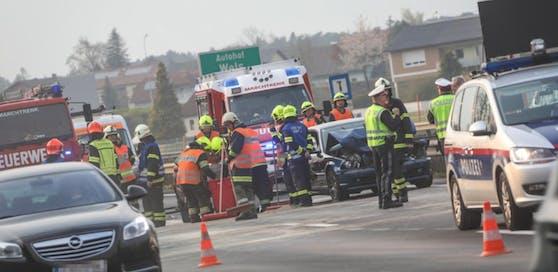 Auf der Welser Autobahn hatte ein Fahrzeug eine Biertisch-Garnitur verloren. Folge: Stau, Verkehrschaos und ein Auffahrunfall.