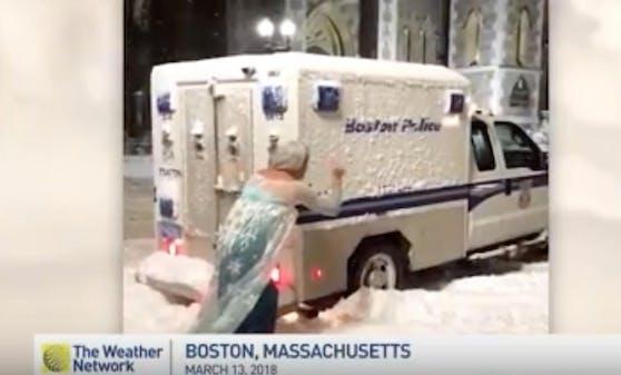 """Fast so anmutig wie das Original! Anwalt Jason Triplett alias """"Eiskönigin Elsa"""" befreit den Polizeiwagen in Boston aus dem Schnee."""