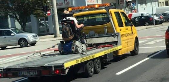 Ungewöhnlich: Der Rollstuhlfahrer wurde am Freitag in Linz abgeschleppt.