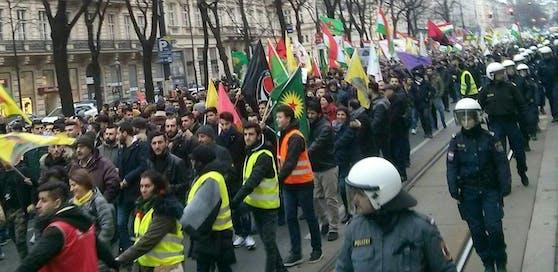 In Wien hat am Samstagnachmittag eine Demonstration gegen den türkischen Militäreinsatz in der nordsyrischen Region Afrin stattgefunden. Es kam dabei laut Beobachtern zu mehreren gewaltsamen Zwischenfällen.
