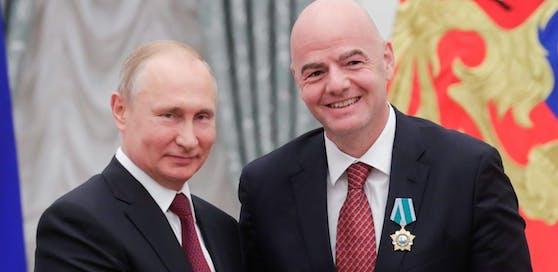 Wladimir Putin mit Gianni Infantino