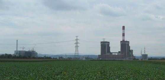 Das Kraftwerk Dürnrohr mit der Müllverbrennungsanlage links hinten.