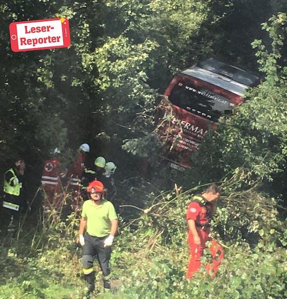 Busunglück in Sierndorf: Lenkerin schwer verletzt.