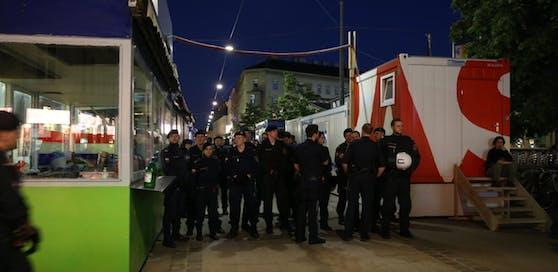 Die Polizei marschierte in großer Zahl zur Nachtwache am Brunnenmarkt auf.