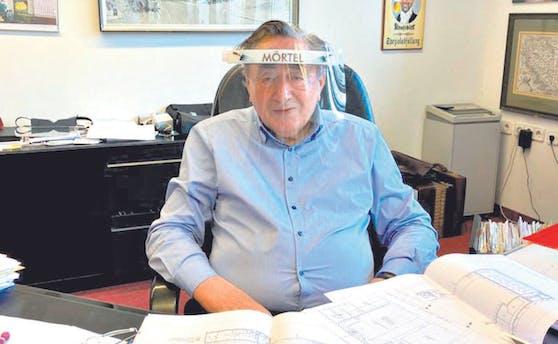 Richard Lugner schützt sich mit Visier im Büro.