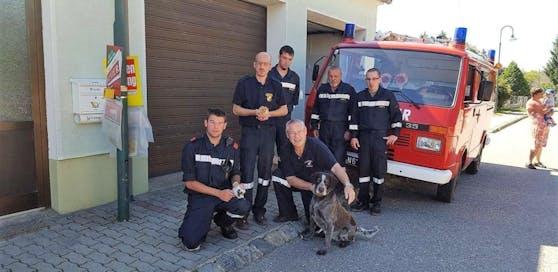 Die Retter der Feuerwehr mit Jäger Manfred Gail, den zwei Kätzchen und Heldin Dea
