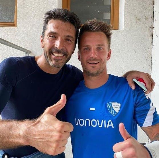 Gianluigi Buffon mit Bochum-Keeper Manuel Riemann.