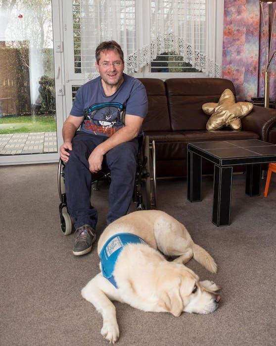 Thomas Fischer (59) mit seinem Patenhund.