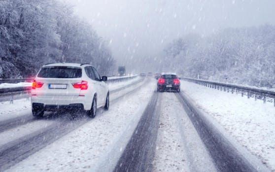 Schneebedeckte Straße erfordern die richtige Bereifung.