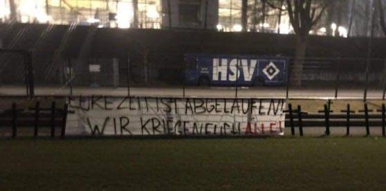 """Elf Kreuze, dazu der Spruch """"Eure Zeit ist abgelaufen"""". Die HSV-Fans sorgen für einen Eklat."""