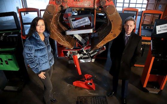 Stadträtin Ulli Sima und Dietmar Klose, Leiter der MA 36 besuchten die MA 48 bei der Zerstörung von illegalen Wettautomaten.
