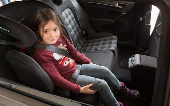 """So ist es richtig! Wer auf die Kindersicherheit im Auto """"vergisst"""", muss bis zu 5.000 Euro Strafe zahlen."""