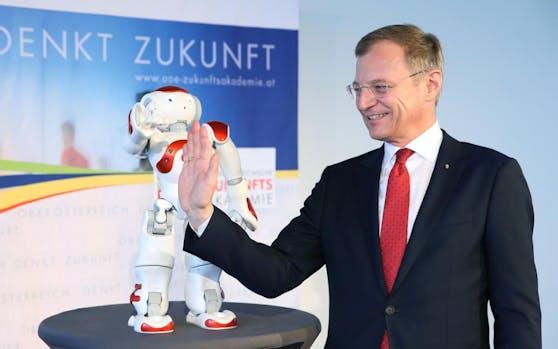 """High Five! Roboter """"Nao"""" eröffnete zusammen mit LH Thomas Stelzer die neue Ausstellung """"Tech Visionen - Neues aus der Zukunft""""."""