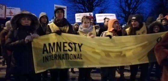 """Amnesty International warnt vor dem geplanten Sicherheitspaket der Regierung. Im Bild: Die Amnesty-International Demo gegen das """"Überwachungspaket"""" vor dem Kanzleramt am Ballhausplatz."""