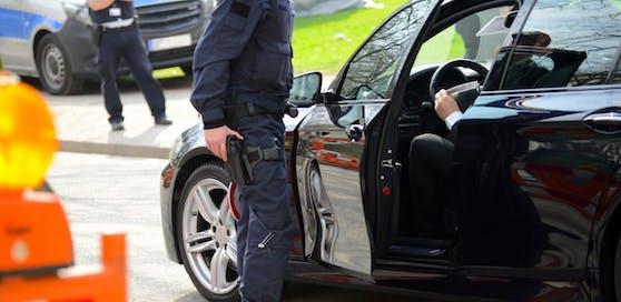 Polizisten stellten den Mann zur Rede.