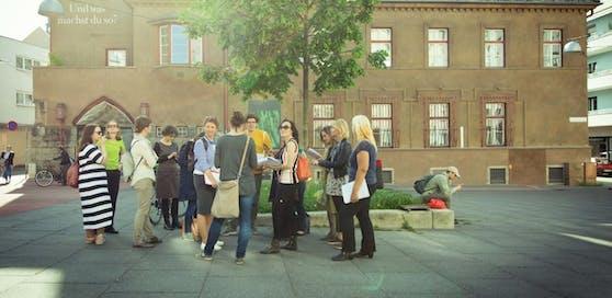 Beim City Art Walk erfahren die Teilnehmer zum Beispiel Interessantes über die Entwicklung des Herbert-Bayer-Platzes.