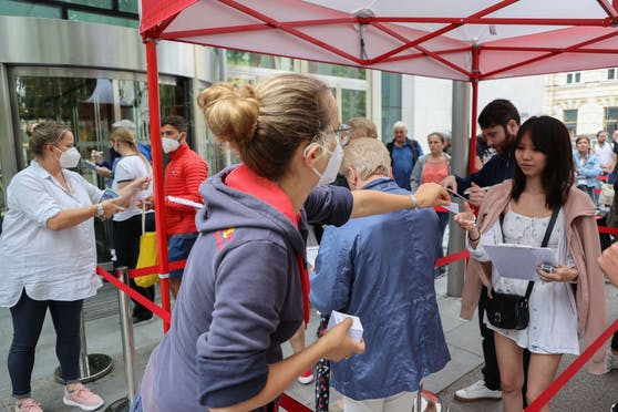"""Im Kongresshaus Salzburg startete am 9. Juli """"Impfen ohne Anmeldung"""". Der Andrang war bereits eine Stunde vor dem offiziellen Beginn riesengroß."""