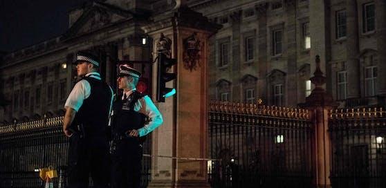Freitagabend wurde ein Mann mit einem Messer vor dem Buckingham-Palast festgenommen.