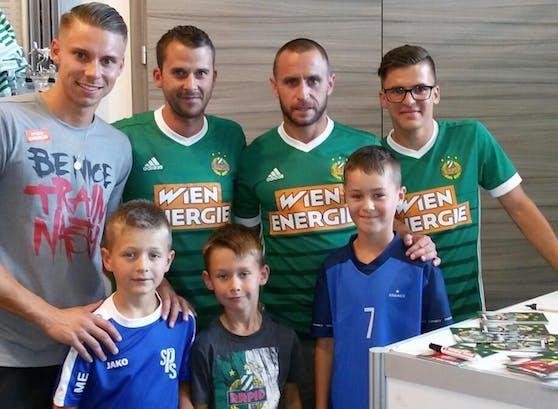 Tobias Knoflach, Simon Reisinger, Steffen Hofmann und Thomas Murg mit den Kids Emilijan, Dominik und Julijan (v.l.n.r.)