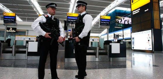 Polizisten am Londoner Flughafen Heathrow. Symbolbild.