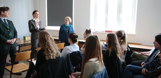 Bildungsministerin Sonja Hammerschmid in einer Schule