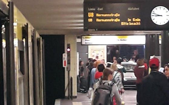 In einer Berliner U-Bahn-Station ereignete sich am Freitag ein schwerer Unfall: Ein Auto war die Treppe hinunter gerast.