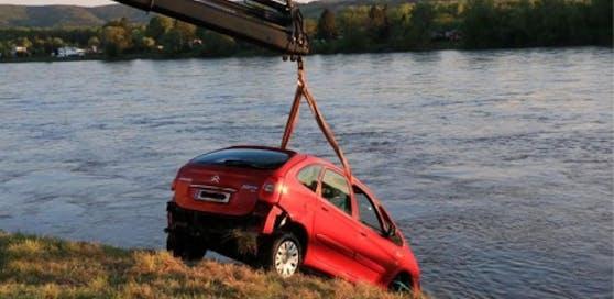 Roter Citroen wurde aus der Donau mit einem Kran geborgen.