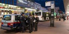 Trio bei Massenschlägerei vor Bahnhof schwer verletzt