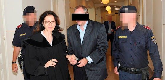 Axt-Killer Gerald B. mit Anwältin Astrid Wagner am Weg in den Schwurgerichtssaal.