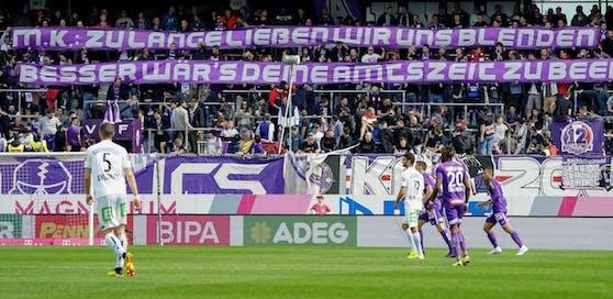 Austria-Fans protestieren mit einem Plakat gegen das Cupfinale mit Rapid im eigenen Stadion.Foto: DIENER