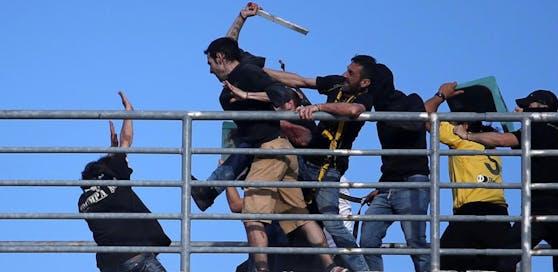 Hooligans haben beim griechischen Pokalfinale eine Spur der Gewalt und Verwüstung hinterlassen.