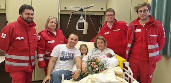 Das ganze Rotkreuz-Team, das bei der Entbindung geholfen hatte, kam, um die kleine Tereza willkommen zu heißen.
