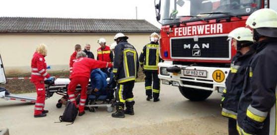 Die Rettungskräfte brachten den Verletzten von der Baustelle und transportierten ihn ins Spital.