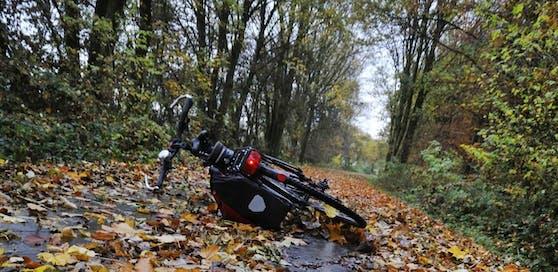 Der Alko-Radler stürzte, Passanten riefen Rettung und Polizei. Ein Alkotest ergab 2,6 Promille.