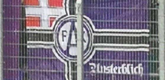 Eine leicht abgeänderte Reichskriegsflagge hing beim 330. Wiener Derby im Fansektor der Austria.